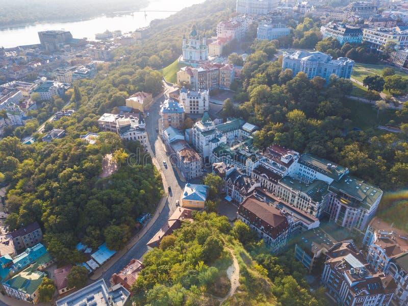 Calle vieja historcal de la pendiente del ` s de Andrew en Kiev Kiyv Ucrania Visión superior desde arriba Foto aérea del abejón imagen de archivo libre de regalías