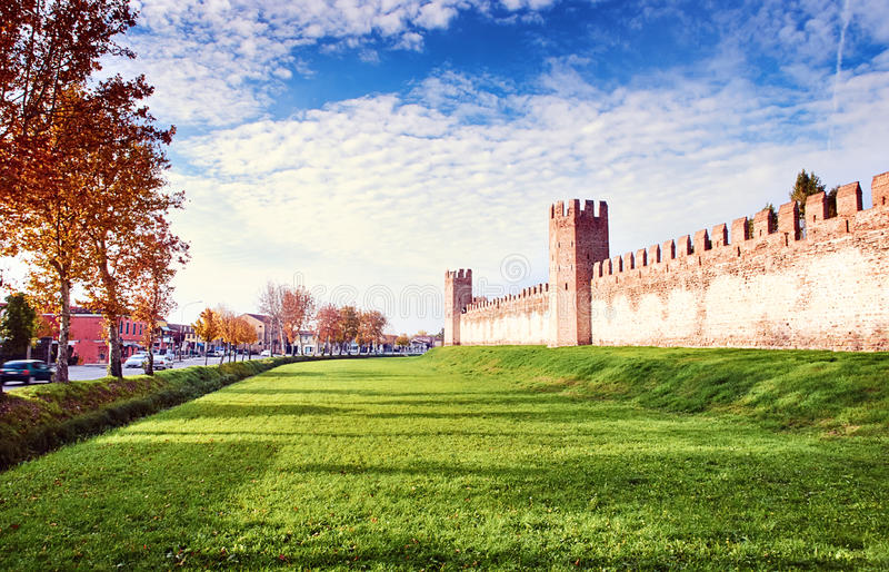 Calle vieja Montagnana Padua Italia del camino de la ciudad de la pared del fortalecimiento imagenes de archivo