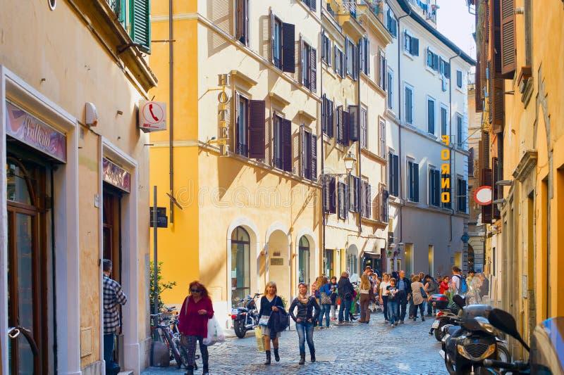 Calle vieja Roma de la ciudad de la gente foto de archivo