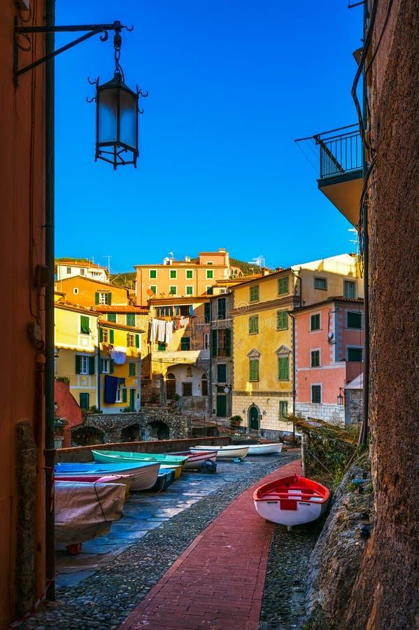 Calle y barcos del pueblo de Tellaro Terre de Cinque, Ligury Italia imagenes de archivo