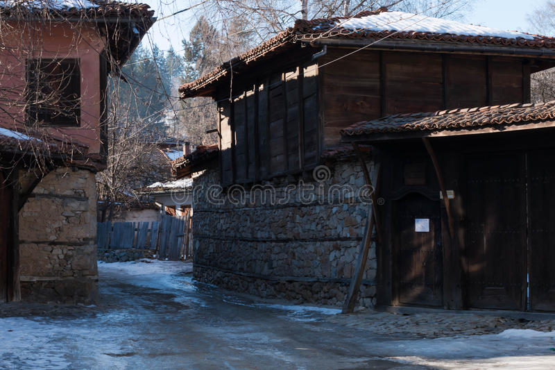 Calle y casas en la ciudad vieja de Koprivshtitsa, Bulgaria fotografía de archivo