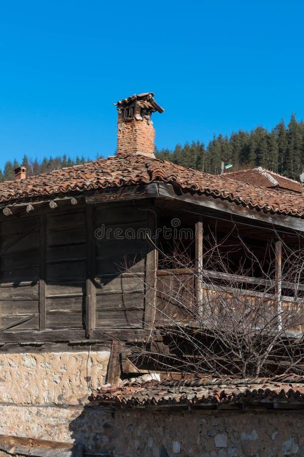 Calle y casas en la ciudad vieja de Koprivshtitsa, Bulgaria foto de archivo libre de regalías