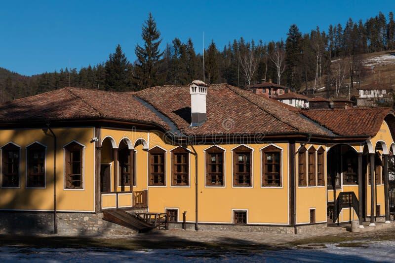 Calle y casas en la ciudad vieja de Koprivshtitsa, Bulgaria imagen de archivo
