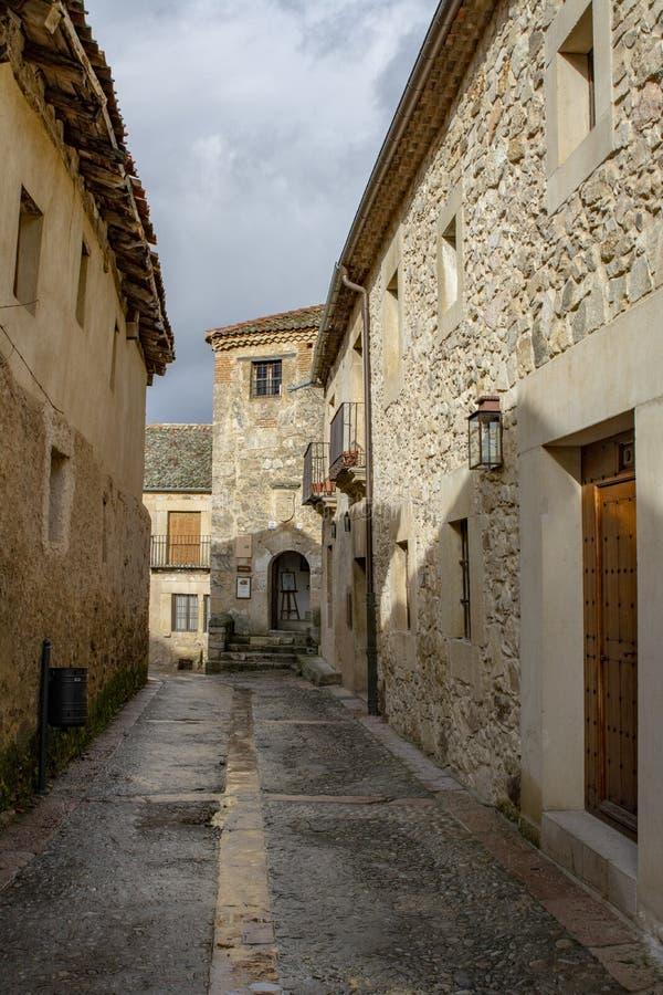 Calle y castillo de Pedraza en Segovia, España imagen de archivo