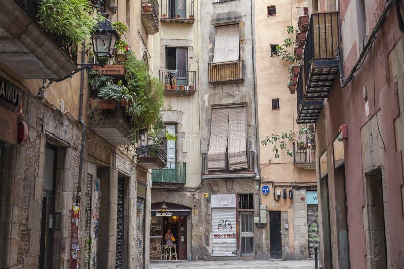 Calle y edificios antiguos en el centro histórico, vella del ciutat, cuarto de Ribera del La de Barcelona fotos de archivo