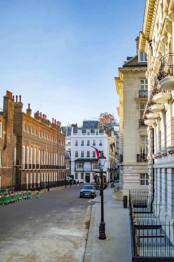Calle y edificios de San Jaime en ambos los lados en Londres con la corte de Russel fotografía de archivo