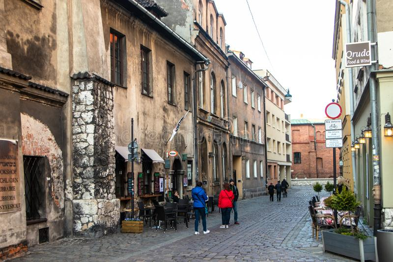 Calle y edificios viejos en Krak?w imagen de archivo