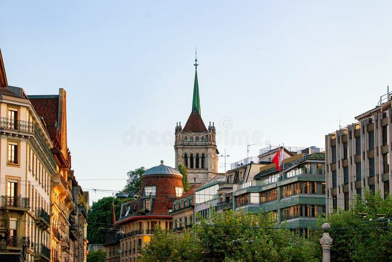 Calle y torre de St Pierre Cathedral de Ginebra Suiza imagenes de archivo