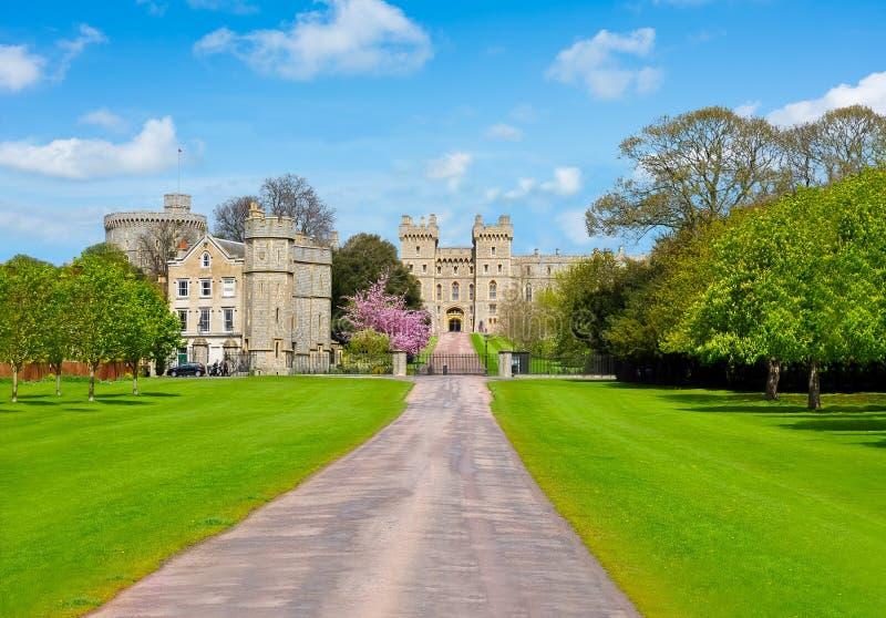 Callejón al castillo de Windsor en la primavera, suburbios de Londres, Reino Unido imagenes de archivo