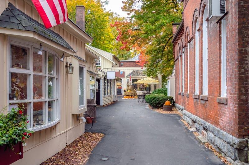 Callejón alineado con los edificios tradicionales y - tiendas en otoño imágenes de archivo libres de regalías