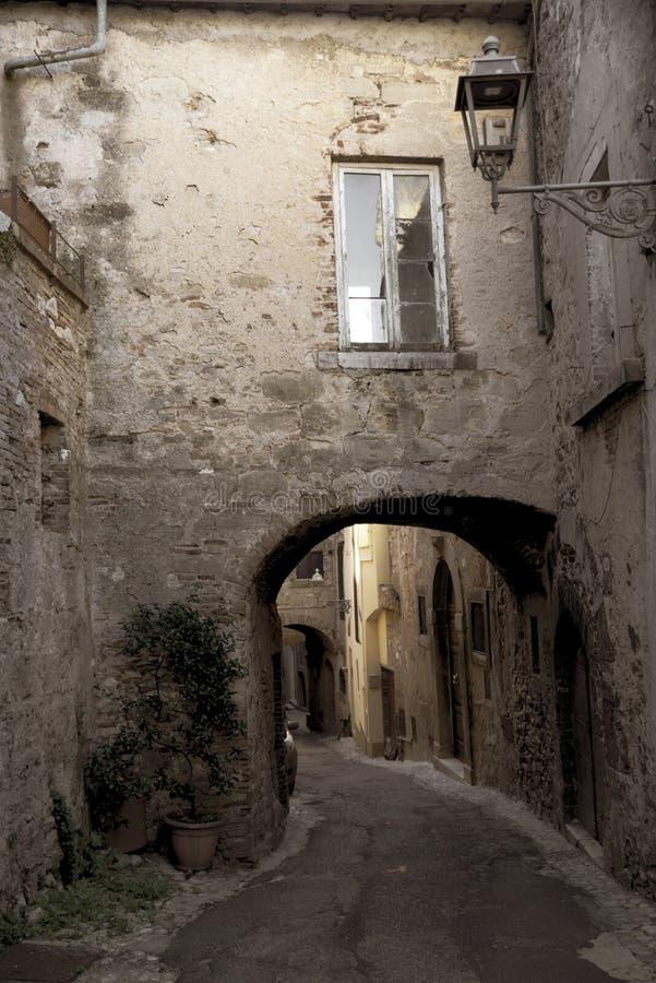 Callejón característico del pueblo medieval italiano Amelia, Umbría, Italia imagenes de archivo