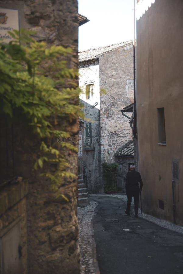 Callejón característico del pueblo medieval italiano Amelia, Umbría, Italia fotografía de archivo