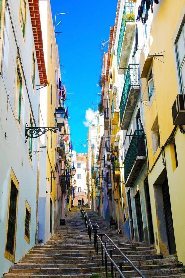 Callejón colorido de Lisboa, área residencial típica de Oldtown, escaleras escarpadas al aire libre imagen de archivo