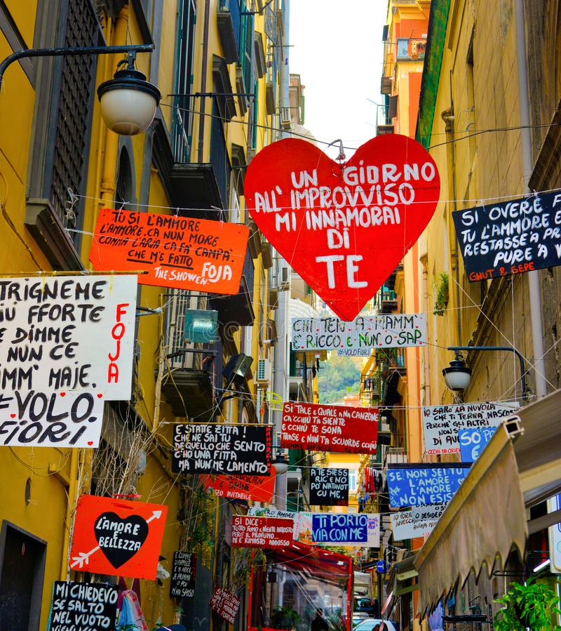 Callejón colorido de Nápoles, calle italiana, viaje Napoli, Italia foto de archivo libre de regalías