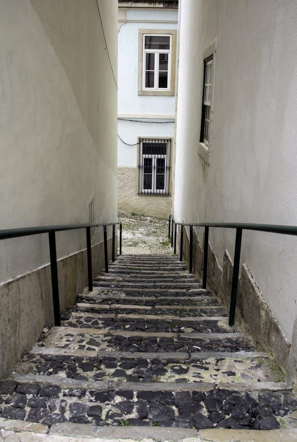 Callejón con las escaleras Lisboa imagen de archivo libre de regalías