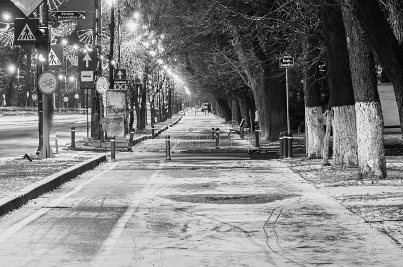 Callejón de la ciudad europea, invierno de la noche, Bucarest Rumania imagenes de archivo