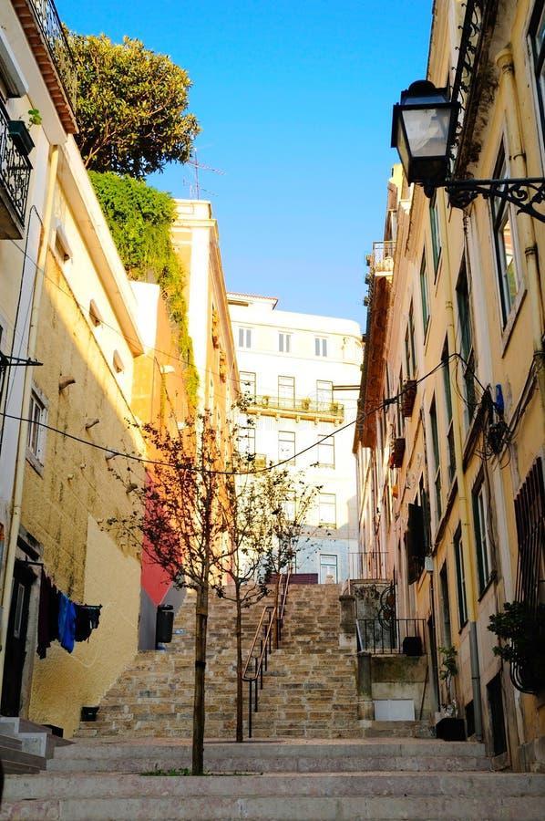 Callejón de Lisboa Oldtown, vecindad típica, ciudad al aire libre, viaje Portugal imagenes de archivo