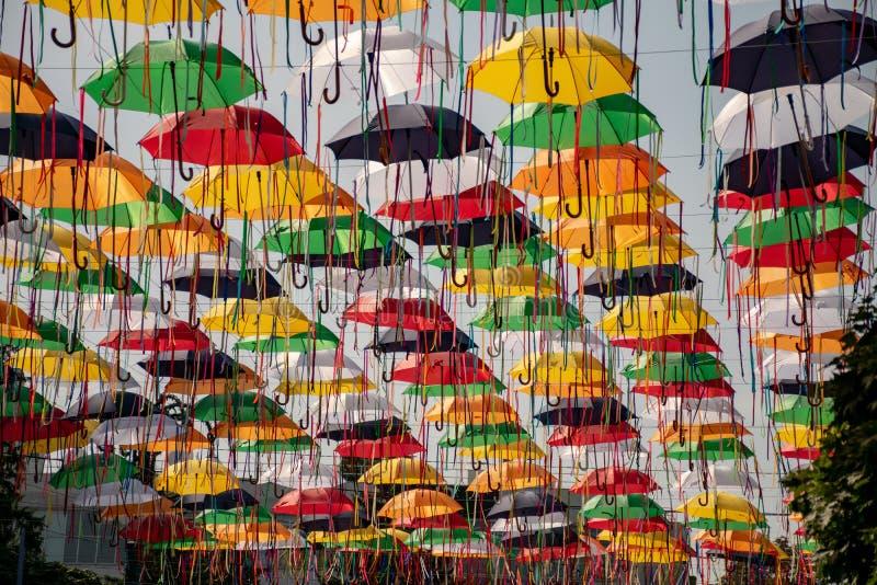 Callejón de paraguas Instalación de un día de la ciudad en Sumy, Ucrania foto de archivo