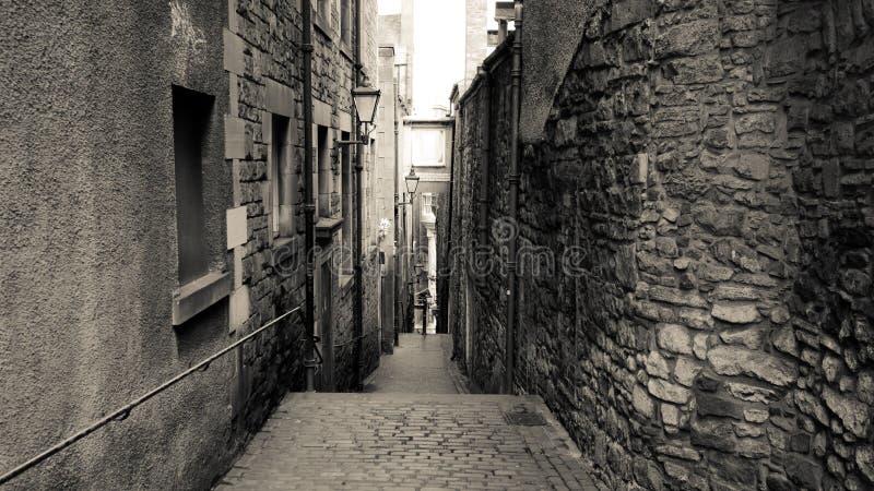 Callejón de piedra blanco y negro imagenes de archivo