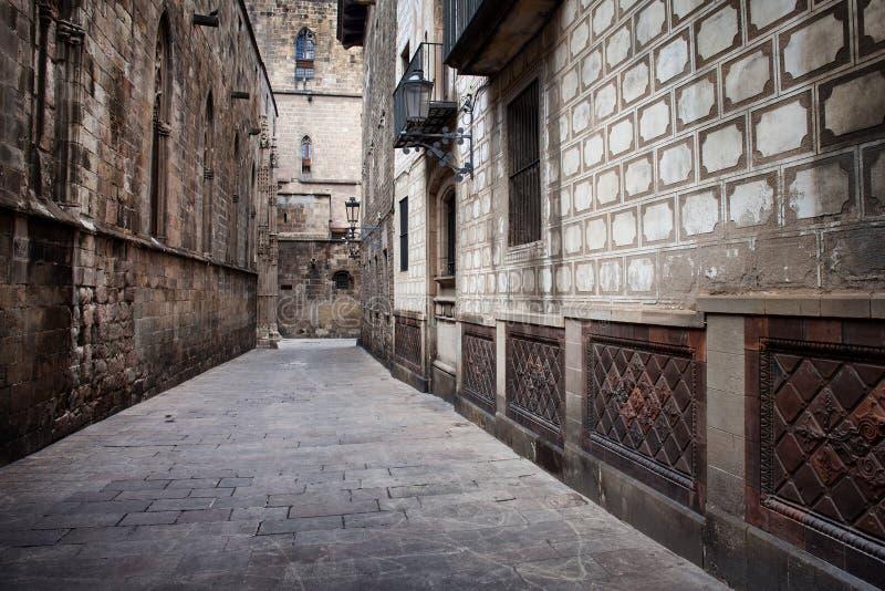 Callejón en el cuarto gótico de Barcelona fotografía de archivo libre de regalías