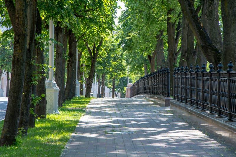 Callejón en el parque, centro de ciudad de Minsk, el lugar de la ciudad de los segundos juegos europeos foto de archivo libre de regalías