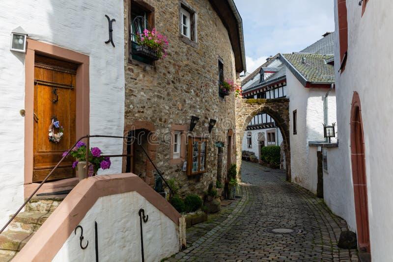 Callejón en el pueblo viejo Kronenburg en la región de Eifel, Alemania imagen de archivo libre de regalías
