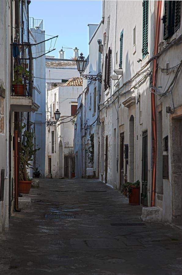 Callejón en la ciudad vieja de Ostuni, La Citta Bianca fotografía de archivo