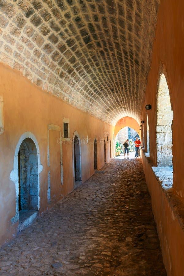 Callejón en la puerta del oeste en Arkadi Monastery, Arkadi, Creta, Grecia fotos de archivo