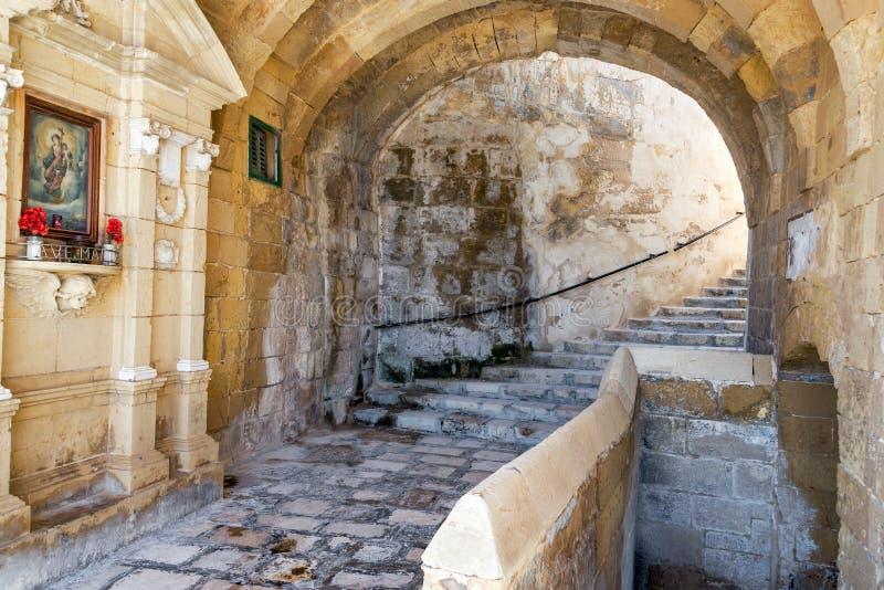 Callejón en Senglea, Malta imagenes de archivo