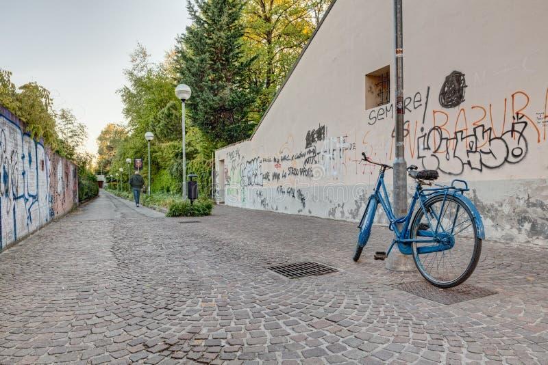 Callejón estrecho con la bicicleta foto de archivo libre de regalías