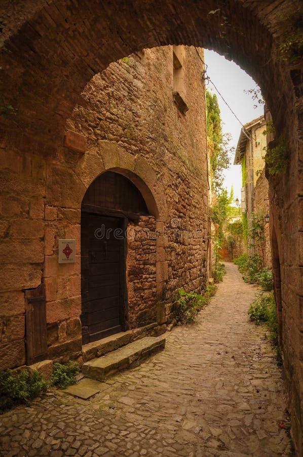 Callejón estrecho en el pequeño pueblo medieval de Bruniquel fotos de archivo libres de regalías