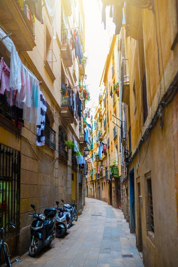 Callejón estrecho en la ciudad vieja Ciutat Vella de Barcelona fotos de archivo libres de regalías