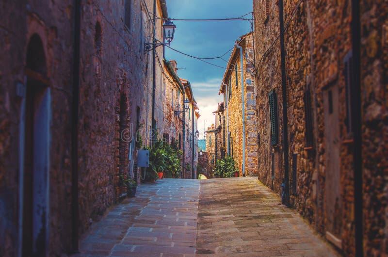 Callejón estrecho en pueblo toscano viejo fotos de archivo