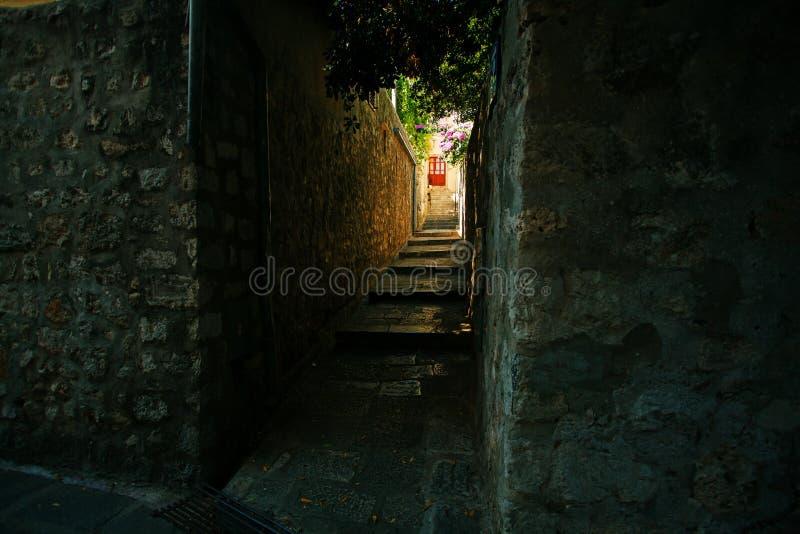 Callejón estrecho famoso de la ciudad vieja de Dubrovnik en Croacia - destino prominente del viaje de Croacia imagen de archivo