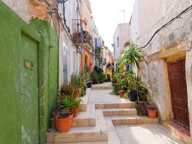 Callejón estrecho hermoso en la ciudad vieja de Alicante españa foto de archivo