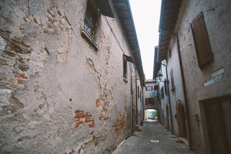 Callejón estrecho viejo en el pueblo toscano - carril italiano antiguo en Montalcino, Toscana, Italia fotografía de archivo libre de regalías