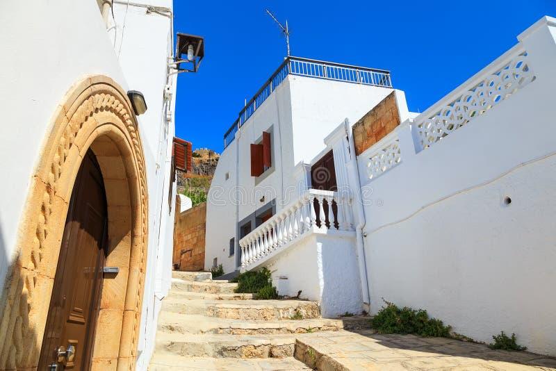 Callejón estrecho y arquitectura griega tradicional de Lindos, Rhodes Island, Grecia fotografía de archivo libre de regalías