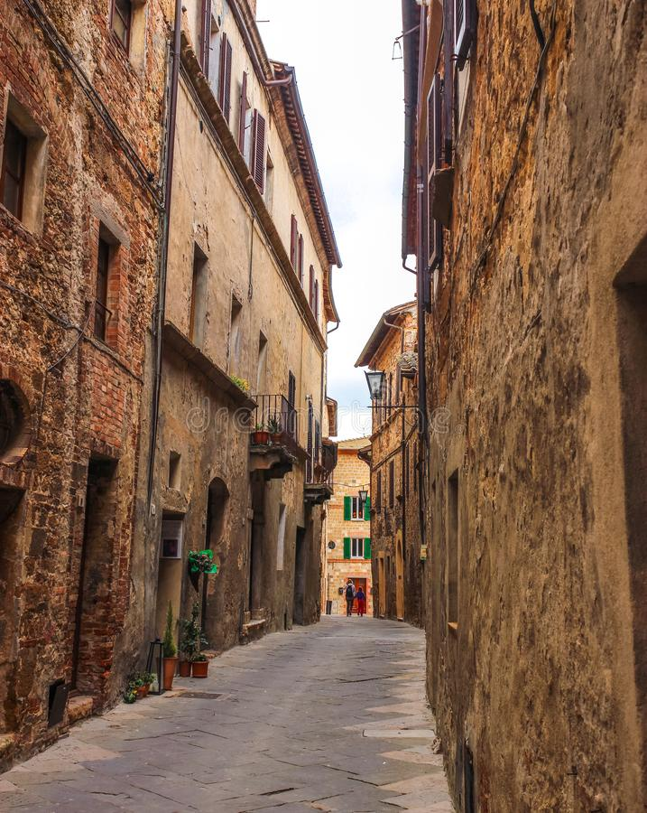 Callejón italiano de la ciudad medieval fotos de archivo