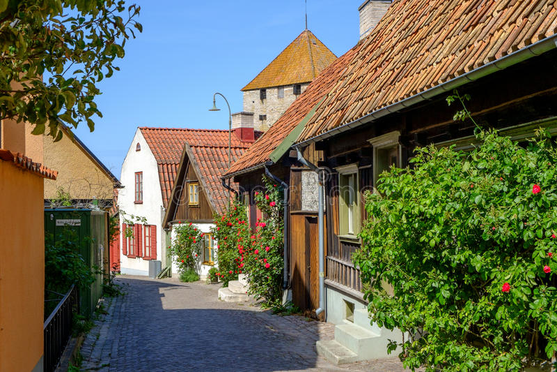 Callejón medieval en Visby, Suecia imagen de archivo