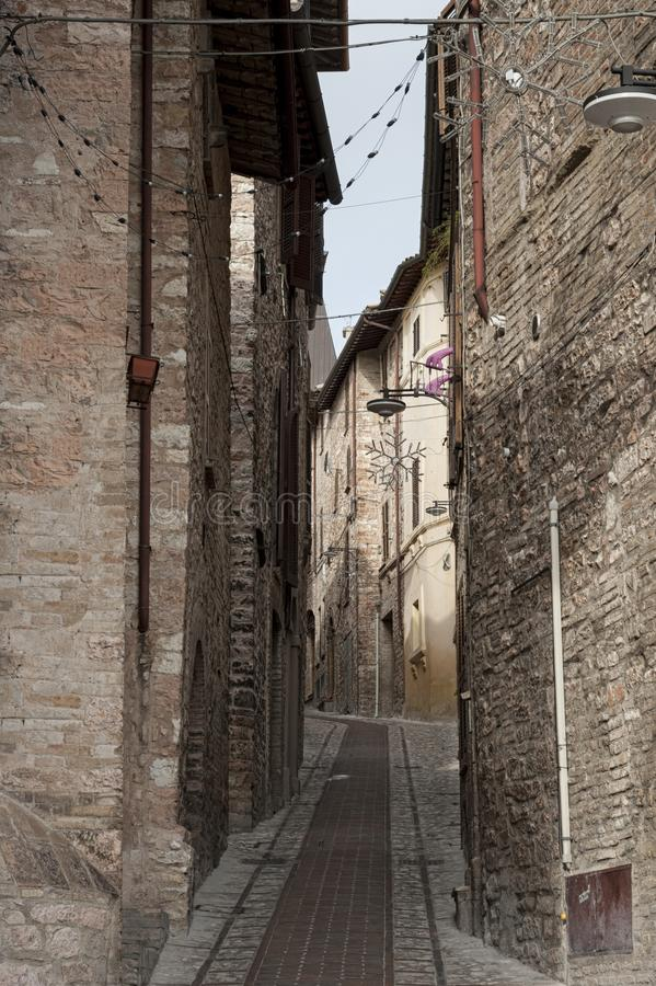 Callejón medieval italiano tradicional espectacular en el centro histórico de la pequeña ciudad hermosa de Spello fotografía de archivo