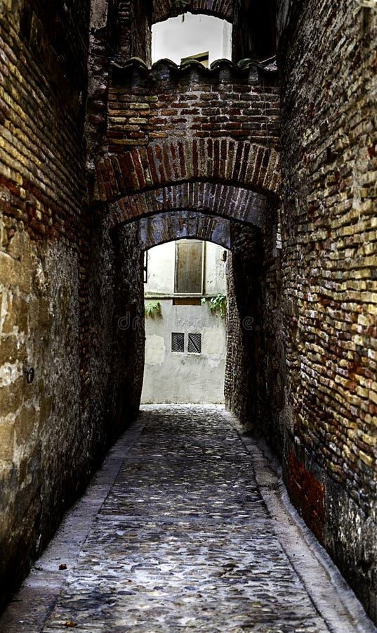 Callejón medieval viejo en una ciudad vieja imágenes de archivo libres de regalías