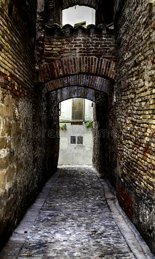 Callejón medieval viejo en una ciudad vieja imagen de archivo