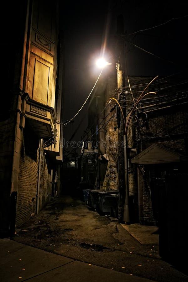 Callejón oscuro de la ciudad foto de archivo