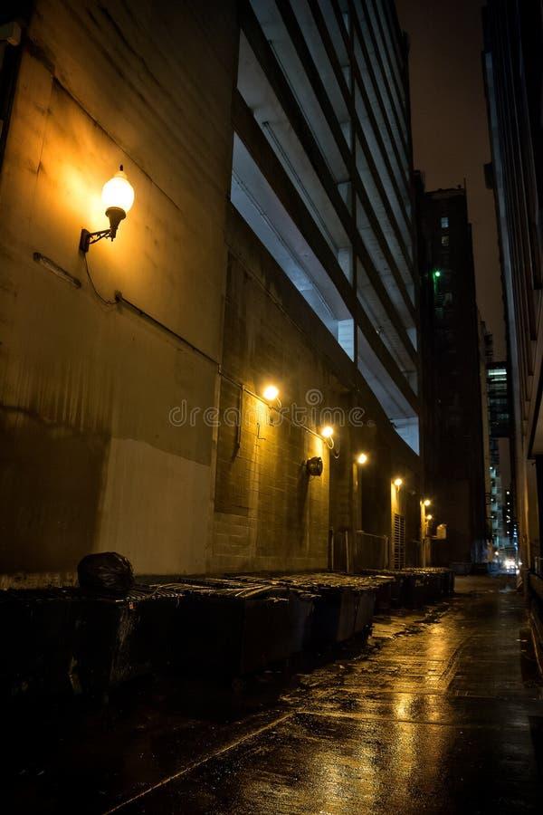 Callejón oscuro de la ciudad imagenes de archivo