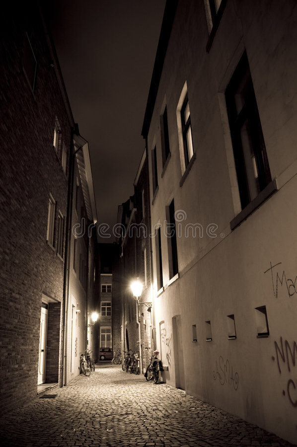 Callejón por noche foto de archivo libre de regalías