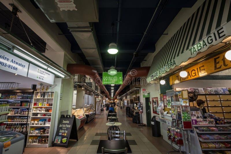 Callejón principal del interior del mercado de Marche Atwater, en Montreal, Quebec imagen de archivo