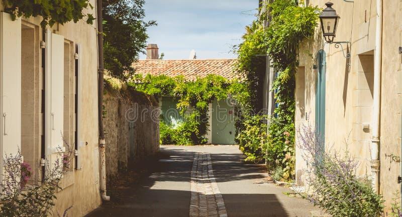 Callejón típico en el centro de Noirmoutier imagen de archivo