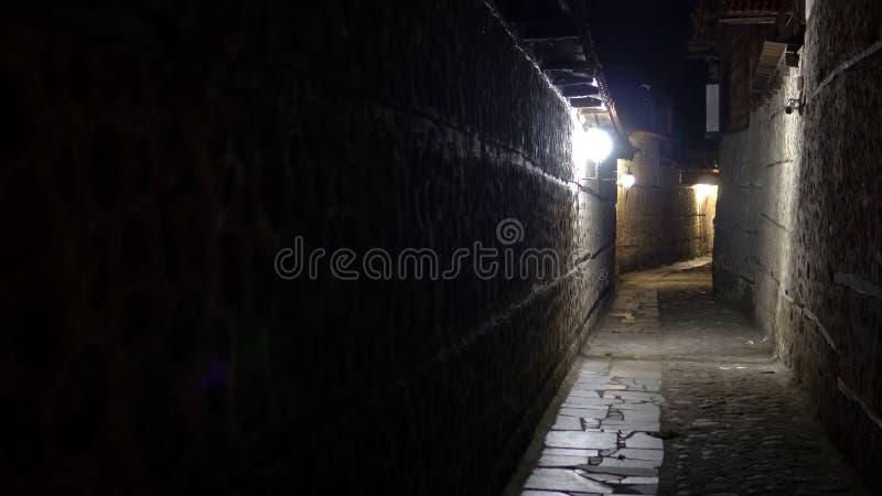 callejón urbano del pavimento de la piedra de la ciudad en la noche fotografía de archivo