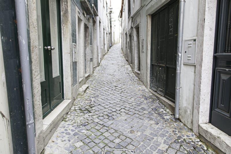 Callejón viejo e histórico en Lisboa imagen de archivo