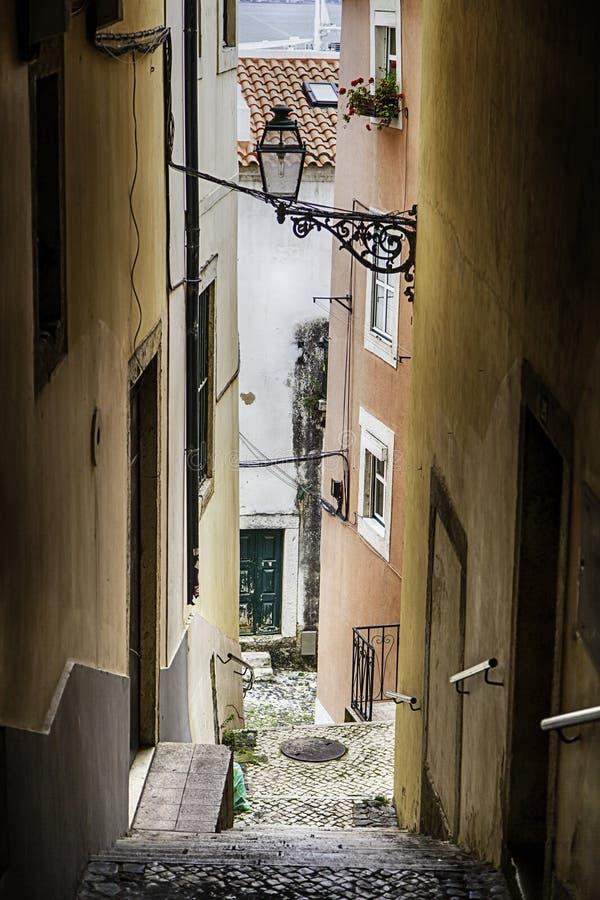 Callejón viejo típico de Lisboa en Portugal foto de archivo